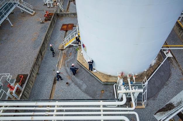 Ansicht von oben männliche inspektion visuelle aufzeichnung pipeline auf dem tank weiß.
