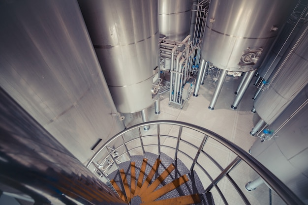 Ansicht von oben moderner milchkeller mit edelstahltanks mit innenliegender treppe