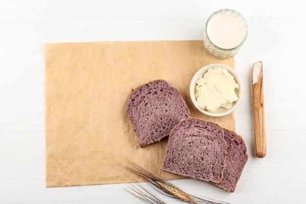 Ansicht von oben zusammensetzung von slice hausgemachtem lila brot aus japanischer lila süßkartoffel mit natürlicher farbe. konzept für gesunde ernährung bäckerei, platz für text oder rezept auf weißem hintergrund kopieren