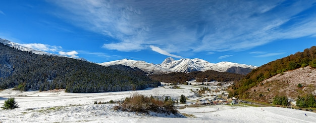 Ansicht von pic du midi de bigorre in den französischen pyrenäen mit schnee