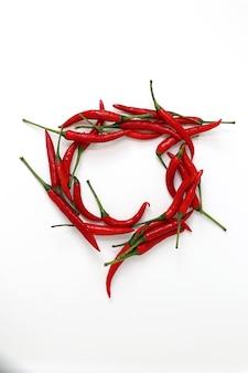 Ansicht von red chili peppers isoliert auf weißem hintergrund.