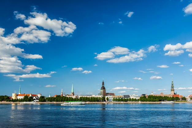 Ansicht von riga über daugava fluss, lettland