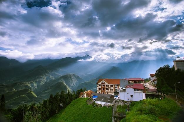 Ansicht von sa-pa, von tropischem wald und von berg im nebel in sapa, vietnam