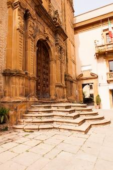 Ansicht von san rocco church im marktplatz armerina