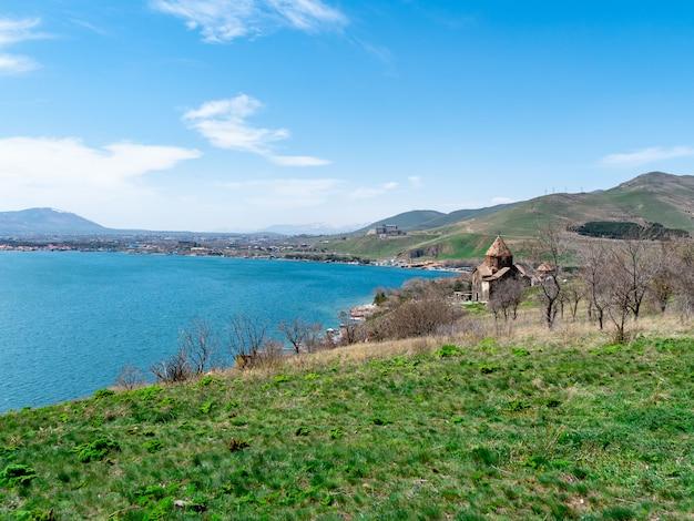 Ansicht von sevanavank-kirche in sevan, armenien am sonnigen frühlingstag