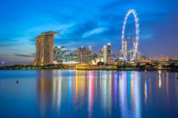 Ansicht von singapur-stadtskylinen mit marksteingebäuden nachts