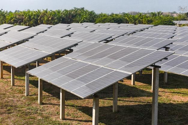 Ansicht von sonnenkollektoren im solarbauernhof
