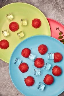 Ansicht von stücken roter und erneuernder wassermelone