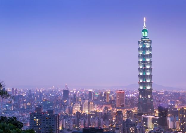 Ansicht von taipeh-skylinen während twillight in taiwan