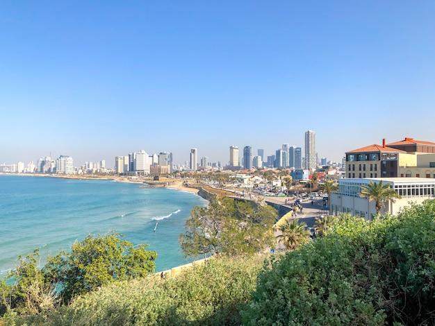 Ansicht von tel aviv vom yaffa park auf einem hügel