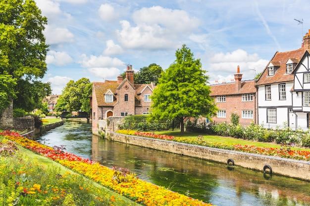 Ansicht von typischen häusern und von gebäuden in canterbury, england