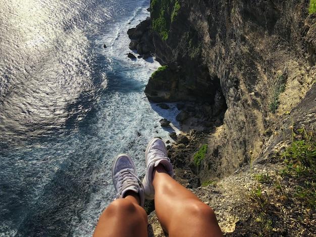 Ansicht von uluwatu-klippe und von blauem meer in bali Premium Fotos