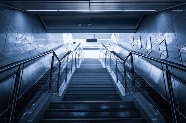 Ansicht von unten der modernen treppen