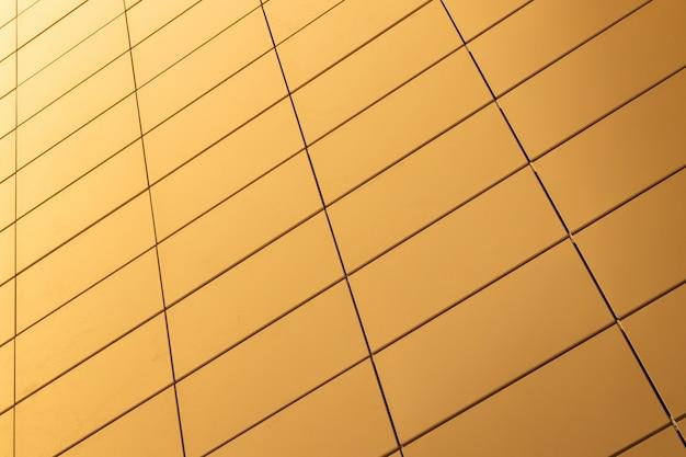 Ansicht von unten der warmen gelben farbfliesenwand