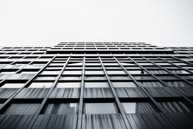 Ansicht von unten des modernen hochhauses