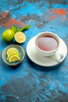 Ansicht von unten eine tasse tee mit zitronenscheiben auf blau-roter oberfläche