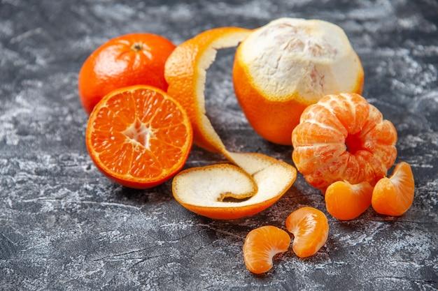 Ansicht von unten frische mandarinen geschälte mandarinen auf grauem hintergrund