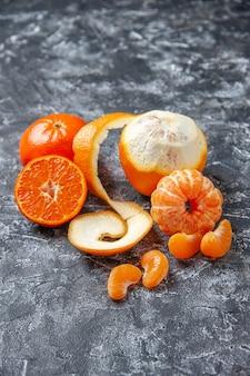 Ansicht von unten frische mandarinen geschälte mandarinen auf grauem tisch