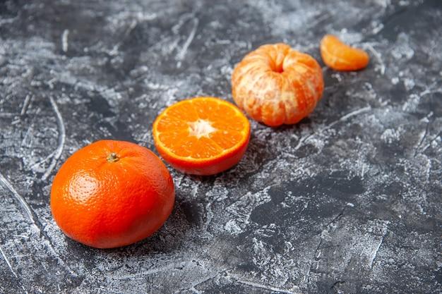Ansicht von unten frische mandarinen geschälte mandarinen auf tischkopierraum