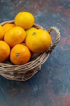 Ansicht von unten frische mandarinen im weidenkorb auf dem tisch