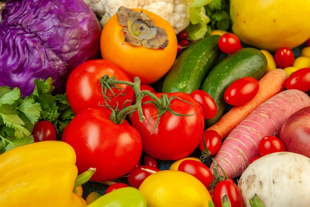 Ansicht von unten obst und gemüse karotten-rettich-kirschtomaten rotkohl-tomaten kiwi-gurken-quitte auf blauem tisch