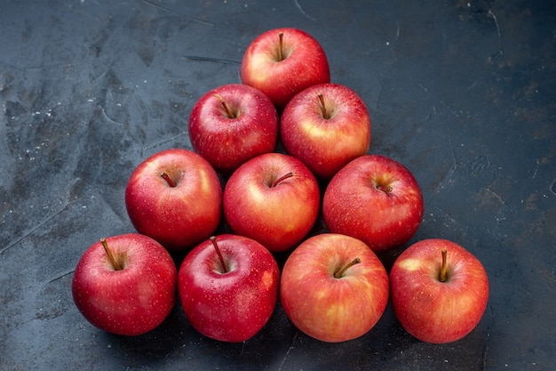 Ansicht von unten pyramide frische rote äpfel auf dunklem tisch freiraum