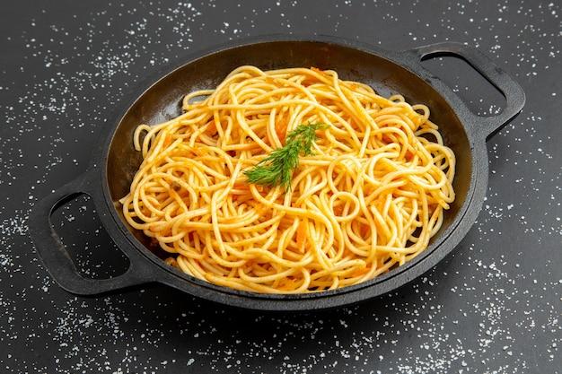 Ansicht von unten spaghetti-pfanne auf schwarzem tisch