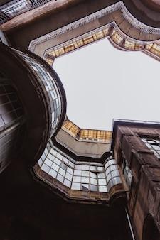 Ansicht von unten über das alte historische gebäude in budapest-stadt, ungarn.