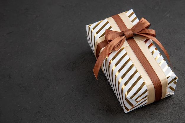 Ansicht von unten valentinstag geschenk auf schwarzem tisch kopieren platz