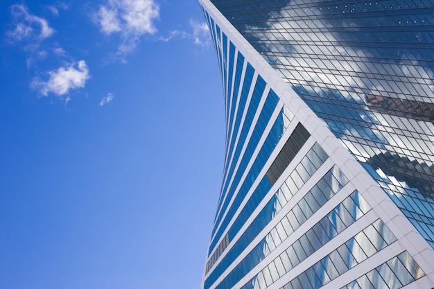 Ansicht von unten von moskau-stadtwolkenkratzern mit futuristischem design mit reflexion von wolken