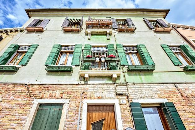Ansicht von unterem zu grünem historischem architekturgebäude in venedig