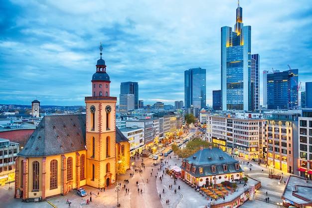 Ansicht zur skyline von frankfurt während des dämmerungssonnenuntergangs