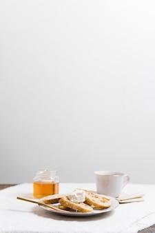 Anspruchsvolles frühstück mit tasse tee und honig