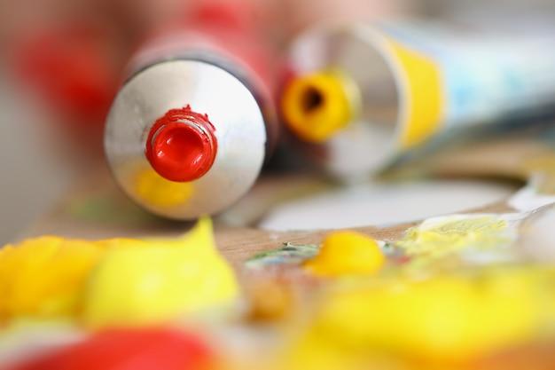 Anstrichfarbe und farbtuben sind auf einer holzpalette auswahl der optimalen farbe für