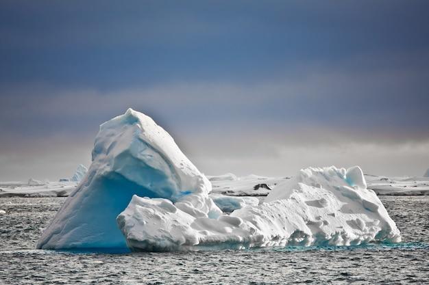 Antarktische gletscher im schnee