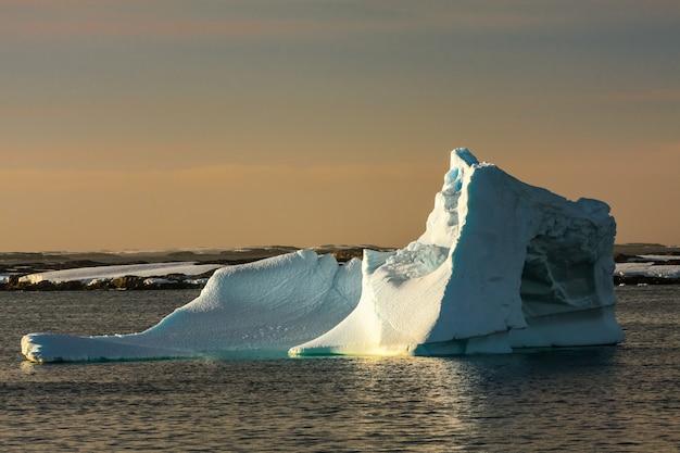 Antarktischer gletscher am sonnenuntergang