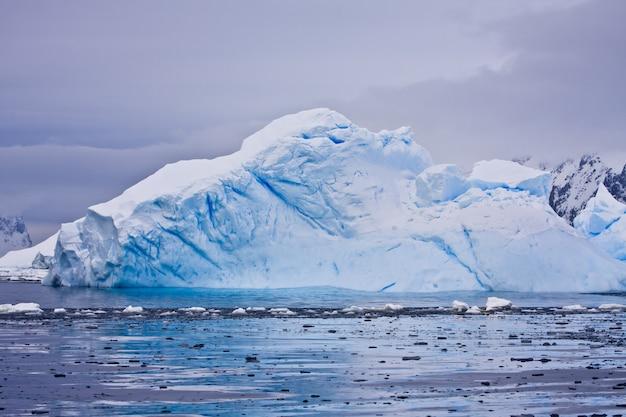 Antarktischer gletscher mit hohlräumen. schöner winterhintergrund.