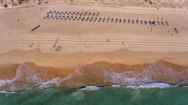 Antenne. blick vom himmel auf den portugiesischen strand an der algarve, vale de lobo.