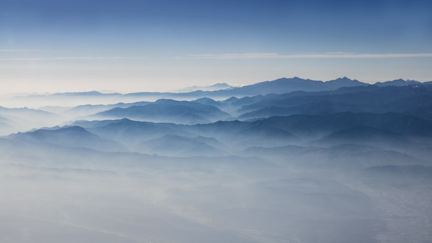 Antenne der taiwanesischen berge mit herrlichem blick auf den himmel und die wolken von oben