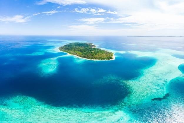 Antenne: exotischer tropischer inselweißsandstrand abseits von allem, korallenriff karibisches meer türkiswasser