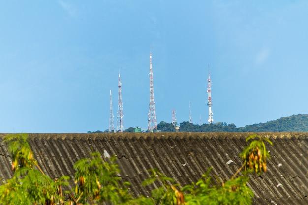 Antennen auf dem gipfel des sumare-hügels in rio de janeiro, brasilien.