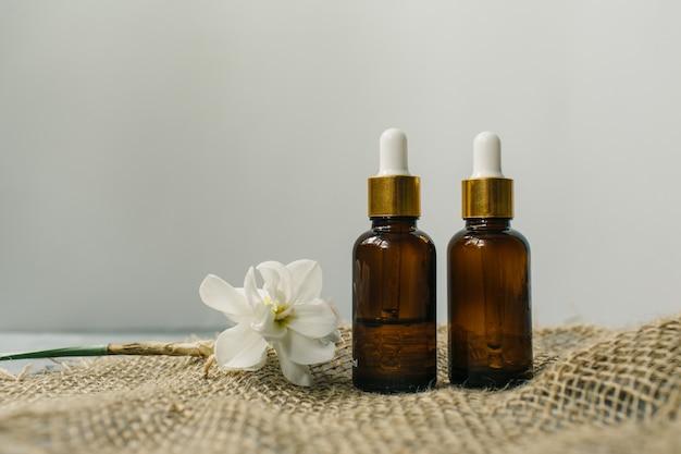 Anti-aging-serum mit kollagen und peptiden in glasflaschen mit tropfer. hautpflege-essenz für schöne, gesunde haut. hochwertiges foto