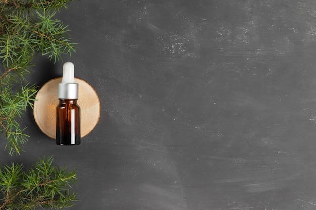 Anti-aging-serum mit kollagen und schneckenmucin in einem glasbehälter