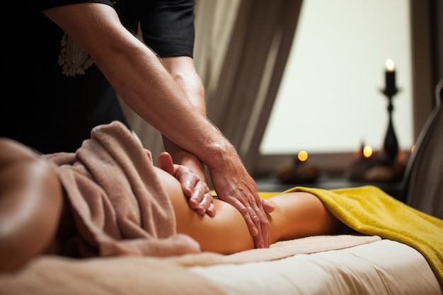 Anti-cellulite-massage in einem luxus-spa