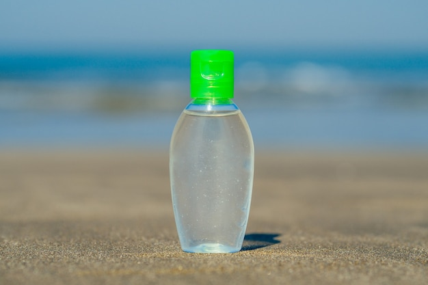 Antibakterielles gel am strand in asien