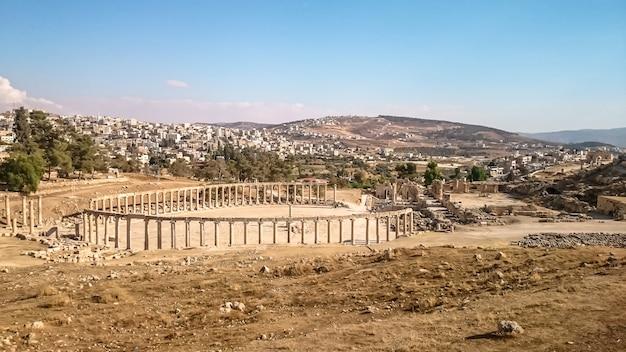 Antike archäologische stätte an einem sonnigen tag