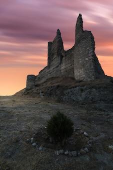 Antike befestigungsanlage in trümmern im morgengrauen