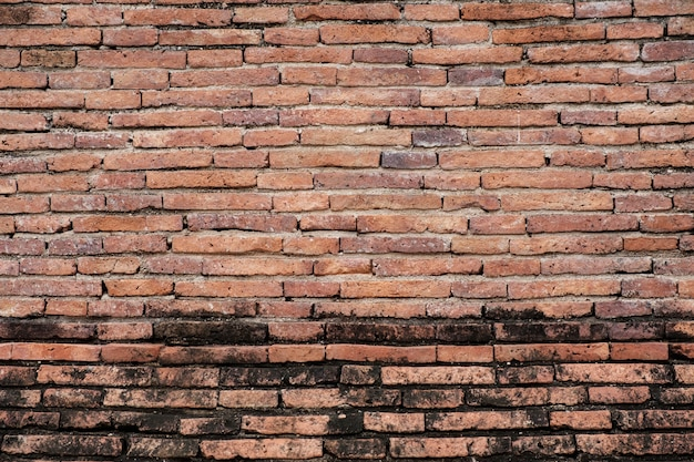 Antike braune backsteinmauer der roten farbe.