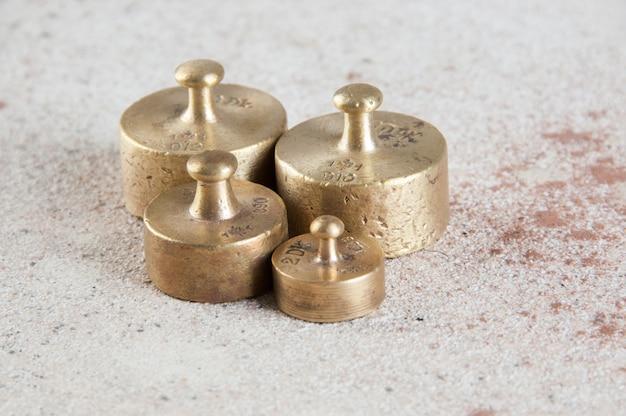 Antike bronzegewichte für skalen auf betondecke
