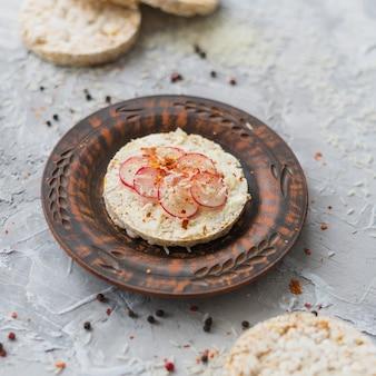 Antike dekorative platte mit hausgemachtem puffreiskuchen mit rübenscheiben